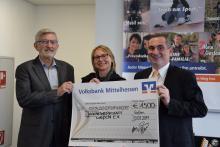 Wolfgang Balser, Mirjam Aasman und Alexander Zippel bei der Spendenübergabe