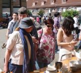 Besucher des Verschenkmarkts beim Stöbern