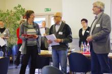 Wolfgang Balser, Geschäftsführer der Jugendwerkstatt bei der Übergabe der Förder-Urkunde mit Vertretern der Stiftung Anstoß